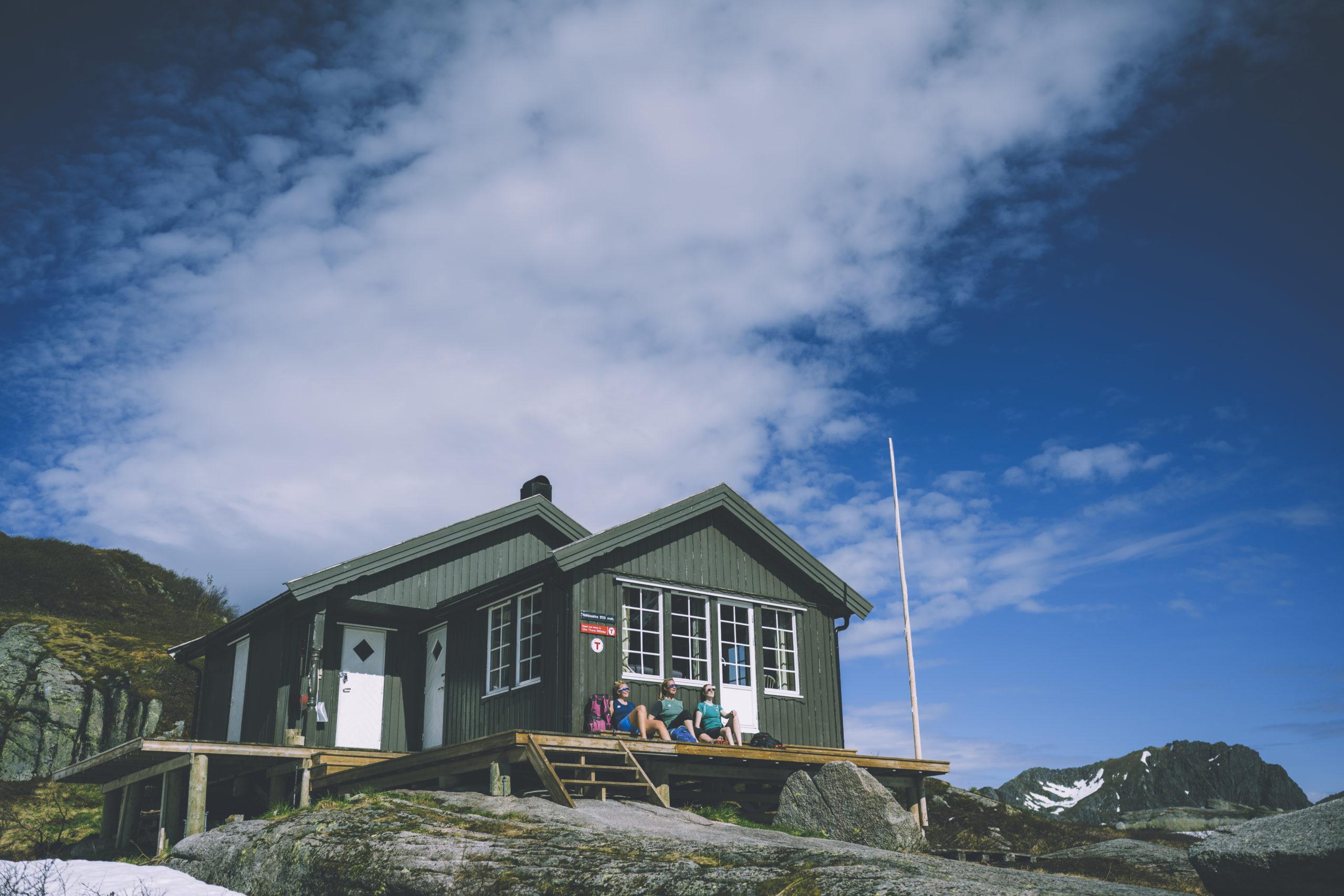 Nøkksætra ligger sentralt til i Lofoten, og turen opp til hytta starter rett utenfor Svolvær sentrum.